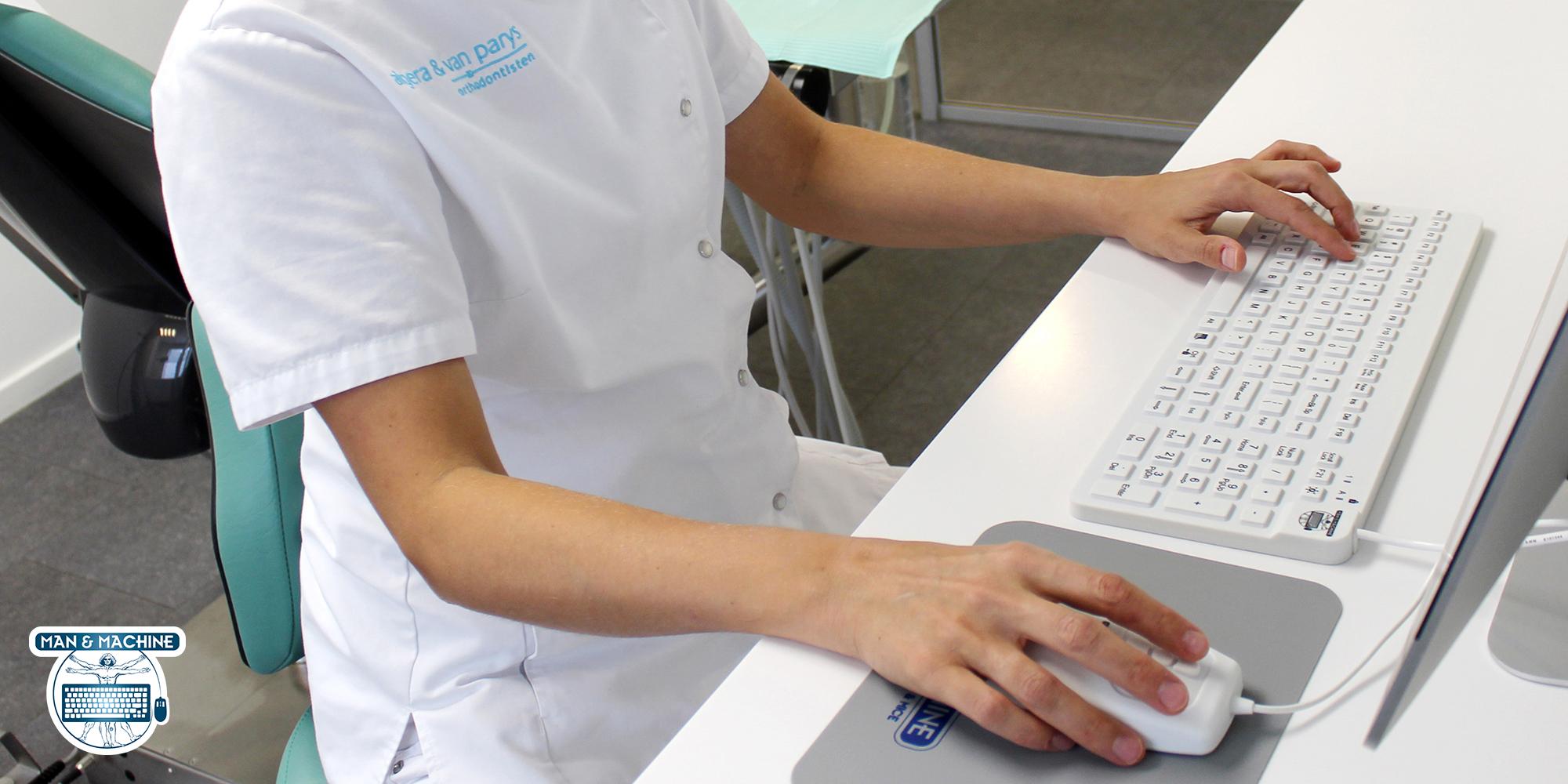 REALLYCOOL klinisk tastatur medarbejder som arbejder