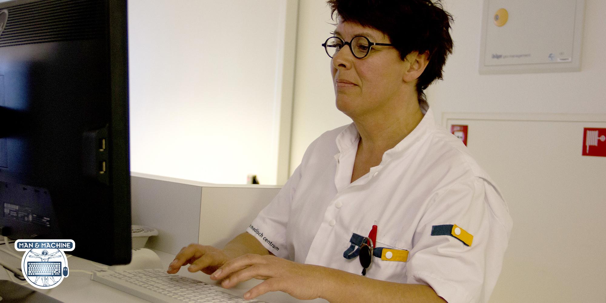 Man & Machine REALLYCOOL klinisk tastatur - medarbejder som arbejder